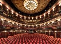 Színházi premier fotelből, papucsban